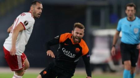 Петър Занев (вляво) бе изгонен в 34-ата минута