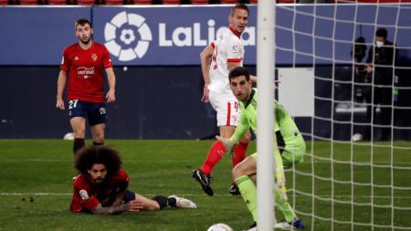 Лук де Йонг (в бял екип) вкарва втория гол за Севиля.