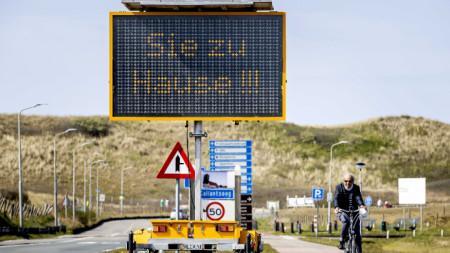 Надпис в Нидерландия призовава гражданите да си стоят у дома. 9 април 2020 г.