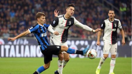 Роналдо е изпреварен от защитника на Интер Барела.