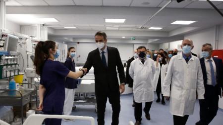 Гръцкият премиер Мицотакис на посещение в болница в Атина - февруари 2020 г.