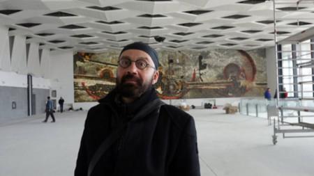 Проф. Боян Добрев пред инсталацията си на Централната жп гара в София