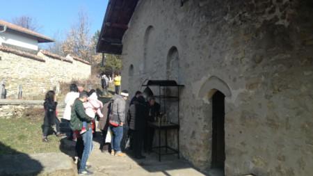 Десетки миряни с децата си прекрачиха отново прага на храма за богослужението.