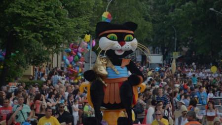 Царицата котка води фестивала