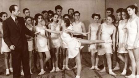 Анастас Петров по време на репетиции със свои ученици