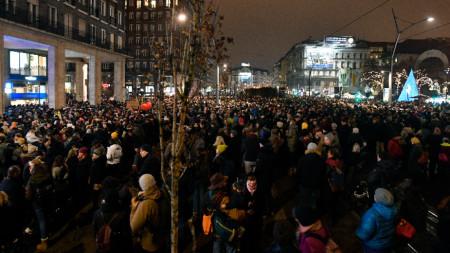 Унгарци протестират в Будапеща срещу плановете на правителството да контролира театрите.