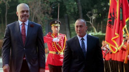Албанският премиер Еди Рама (вляво) и Рамуш Харадинай, тогава премиер на Косово, в Тирана, септември 2017