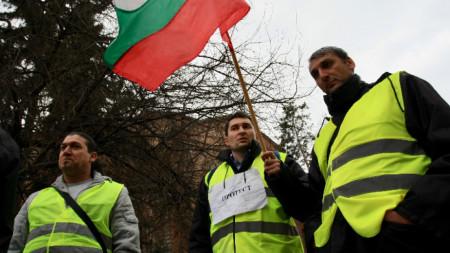 Шофьори и ватмани от градския транспорт протестират пред Столична община.