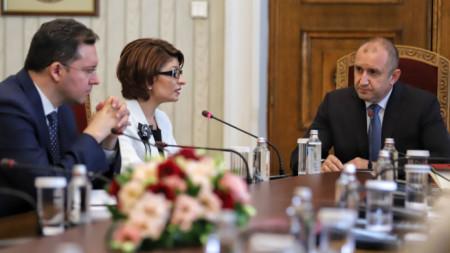 Десислава Атанасова и Даниел Митов от ГЕРБ на консултациите при президента Румен Радев.