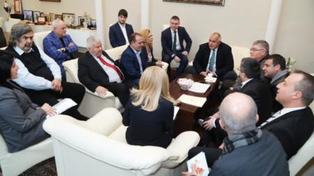 На разговора присъстват министърът на финансите Владислав Горанов, на регионалното развитие Петя Аврамова и проф. Олег Асенов  от УС на АПИ.