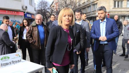 Мая Манолова и членове на формацията, с която ще се яви на изборите на 4 април.