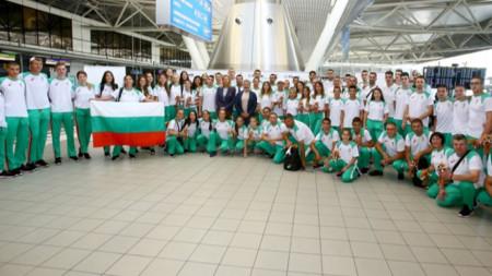 Българските спортисти преди отлитането.