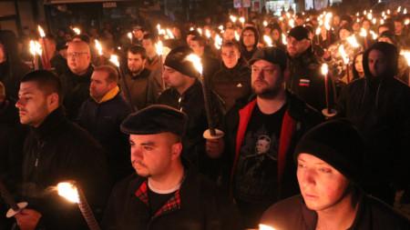 Пред къщата на Христо Луков събралите се запалиха факли. Шествие не се състоя
