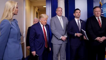 Доналд Тръмп пристига на пресконференция за коронавируса в Белия дом, 20 март 2020 г.