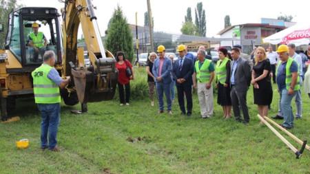 Сн. Новото кръгово кръстовище ще облекчи автомобилния трафик в един от най- натоварените райони, каза кметът Вяра Церовска