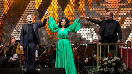 Стивън Костело, Анджела Георгиу и Найден Тодоров на сцената пред Софийската филхармония