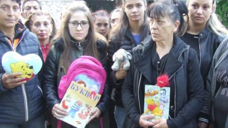 Протестът пред сградата на съда в Сливен е по инициатива на близките на убитата през август 7-годишна Кристин и хора от село Сотиря.