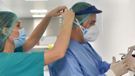 Медицински екип в болница в Торино се готви за смяна, 29 март 2020 г.