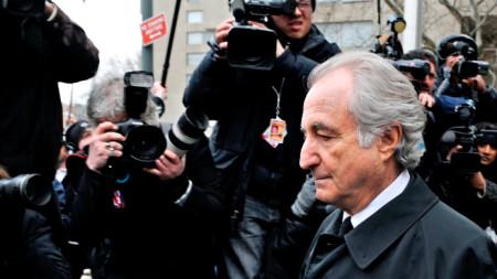 Бърнард Мадоф  излиза от сградата на съда в Ню Йорк, март 2009 г.