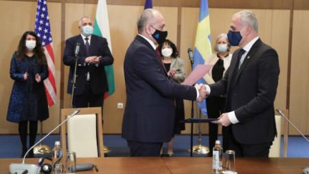 Церемонията по подписване на споразумението, на която присъстваха Бойко Борисов и Херо Мустафа.