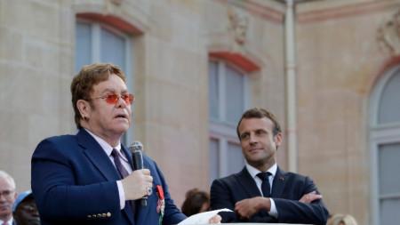 Елтън Джон беше удостоен с висшата награда на Франция заради заслугите си в борбата срещу СПИН
