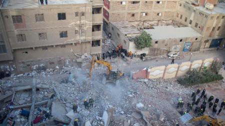 Няма данни за пострадали български граждани при рухването на многоетажна сграда в Кайро, съобщиха вчера от МВнР.