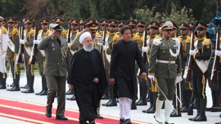 Иранският президент Хасан Рохани (вляво) се срещна в Техеран с пакистанския премиер Имран Хан.