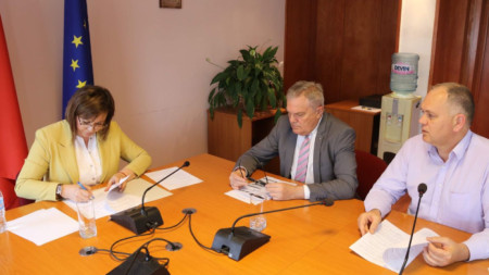 Корнелия Нинова, Румен Петков (в средата) и Георги Кадиев.
