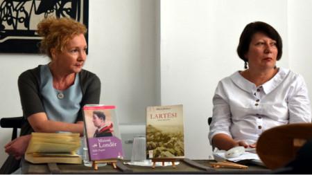 """Милена Селими (вляво) по време на представянето и дискусията """"Четем ли се с Албания"""" в Къщата за литература и превод с модератор доц. д-р Русана Бейлери от СУ"""