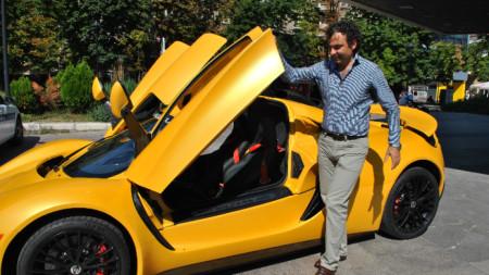 Росен Даскалов показва автомобил на компанията
