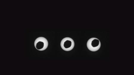 """Три изображения, направени през три секунди, показват по-големият от двата спътника на Марс - Фобос, който минава директно пред Слънцето, както се вижда от сондата """"Кюриосити"""". Изображение от 17 август 2013 г., публикувано от НАСА."""