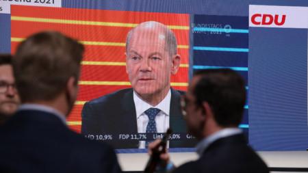 Щабквартирата на ХДС - на екрана се вижда кандидатът на социалдемократите за канцлер Олаф Шолц, 26 септември 2021 г.