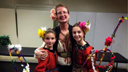 Таня Костова с деца от читалището