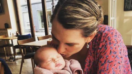 Мете Абилгор с дъщеря си.