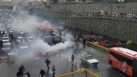 Сили за борба с безредиците се опитват да разпръснат протест срещу поскъпването на горивата в Техеран.