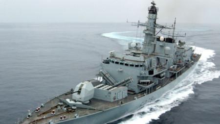 """Фрегатата """"Монтроуз"""", която ескортира танкера """"Бритиш херитидж"""", се е вклинила между три ирански кораба и танкера."""