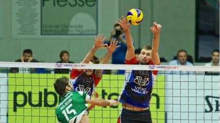 Виктор Йосифов (вдясно) се отличи с 10 точки в мача.
