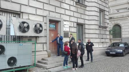 Служители на полицията и прокуратурата пред сградата на Държавната агенция за българите в чужбина в София, която е разследвана за корупция.