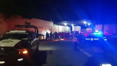 Мексикански полицаи задържат разбунтували се обитатели в центъра за мигранти в Тапачула.