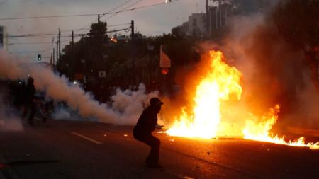 Безредици избухнаха край американското посолство в Атина
