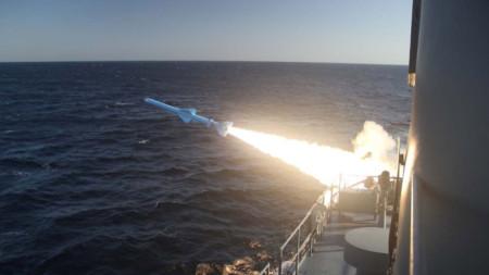 Изстрелване на ракета при иранско военноморско учение.
