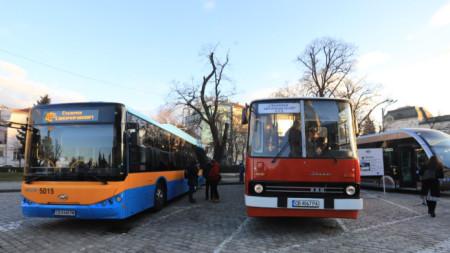 """По повод на навършването на 120 години от столичния градски транспорт на пл.""""Александър Невски"""" се състоя изложение на нови и реставрирани превозни средства."""
