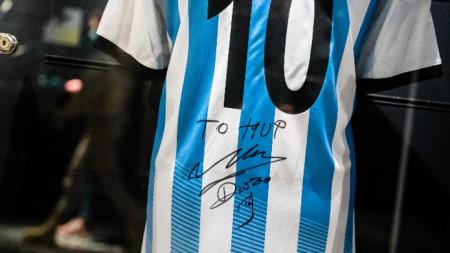Фланелка на Аржентина с автограф на Марадона.