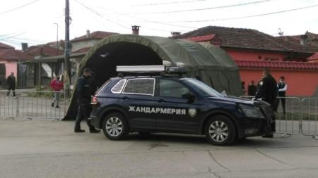 Областният медицински съвет в Ямбол взе решение да затвори ромската махала в града. Издадена е заповед на директора на РЗИ Ямбол, с която се ограничава достъпът на граждани и автомобили в района с контролно-пропускателни пунктове на входно-изходните точки.