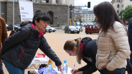 Пред МС протестиращите за Национална детска болница в нова сграда събират подписи, за да ги внесат в Народното събрание.