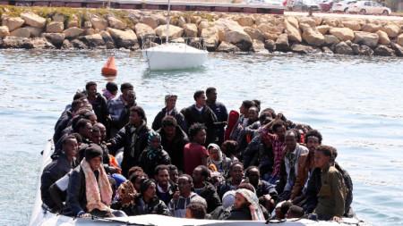 Мигранти от Африка продължават да се опитват да достигнат от Либия до Европа през средиземно море.