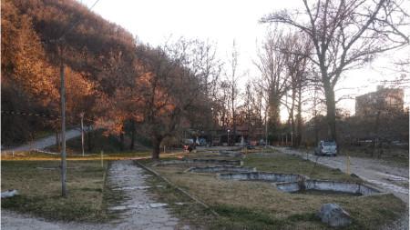 Паркова зона около въжения мост в Благоевград