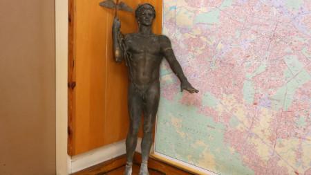 Откритата статуята на Аполон Медикус,  която е дело на скулптора Георги Чапкънов, в кабинета на началника на Пето районно управление на МВР в София.