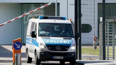 Полицейска кола напуска федералната съдебна палата в Карлсруе, след като прокуратурата там съобщи за арестуваните джихадисти.