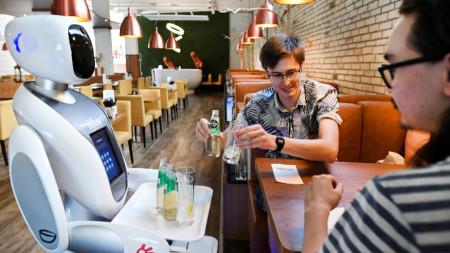 Робот-сервитьор в азиатски ресторант в Маастрихт.
